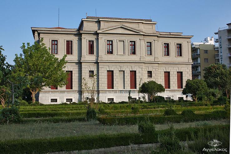 Άποψη του Δικαστικού Μεγάρου με τον κήπο, απο την οδό Εθν. Αντίστασης