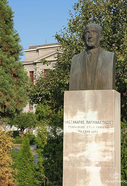 Το άγαλμα του Αλέξανδρου Παπαναστασίου και στοβάθος το Δικαστικό Μεγαρο