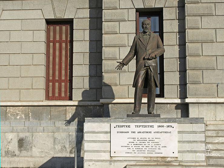 το άγαλμα του γεωργίου Τερτσέτη στο Δικαστικό Μέγαρο