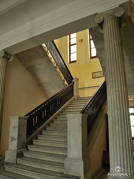 Η σκάλα που οδηγεί στο 2ο όροφο